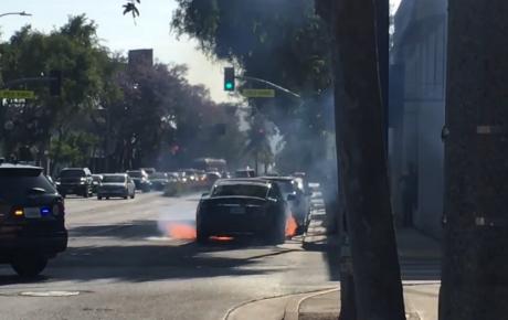 آتش گرفتن یک دستگاه تسلا مدل اس در حین رانندگی + ویدئو