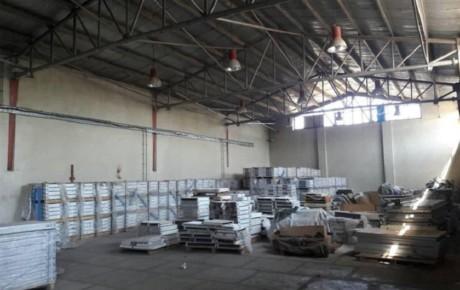 کشف یک انبار احتکار انواع لوازم یدکی خودرو در استان سمنان