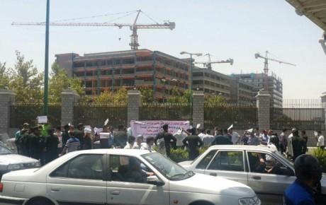 تجمع ثبت نام کنندگان خودرو در مقابل مجلس