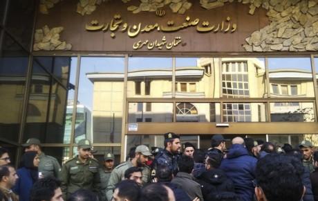 اعتراض مشتریان کرمان موتور در مقابل ساختمان وزارت صنعت