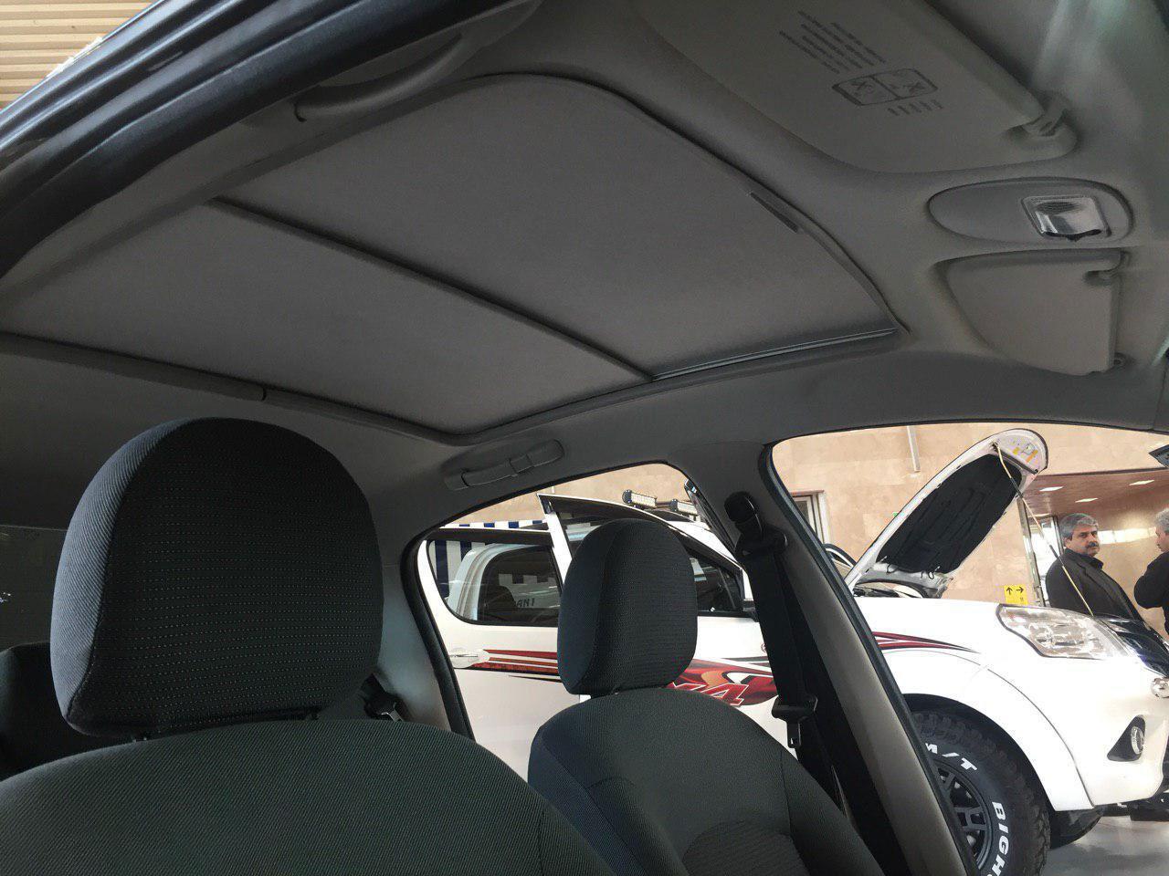 تصویری از نمای داخل پژو 207 با سقف شیشه ای