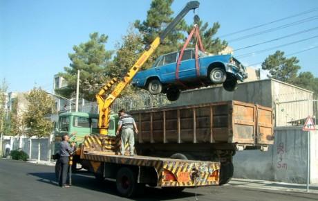 خودروهای اسقاطی رها شده در معابر شمال شرق تهران جمع آوری میشوند