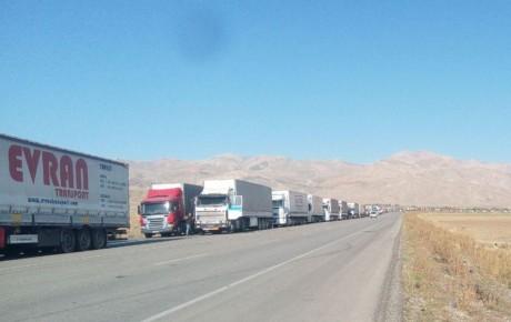 صف ۱۲ کیلومتری کامیون ها در مرز ترکیه