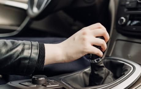 چرا در بعضی خودروها چراغ دنده عقب تکی است؟