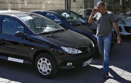 مردم برای خرید خودرو دست نگه دارند